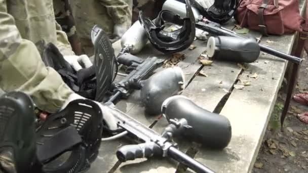 Paintballové zbraně na stůl