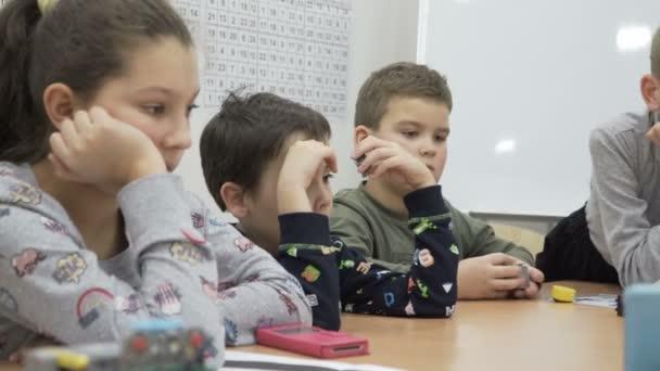 Skupina žáků základní školy v učebně na lekci