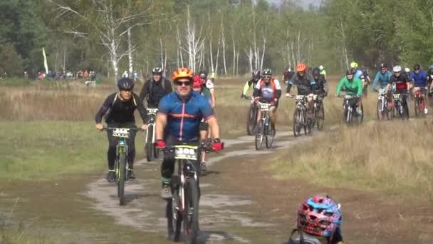 Cyklista na kole na krásné jarní lesní stezce. Kyjev, Ukrajina, 20.03.2020