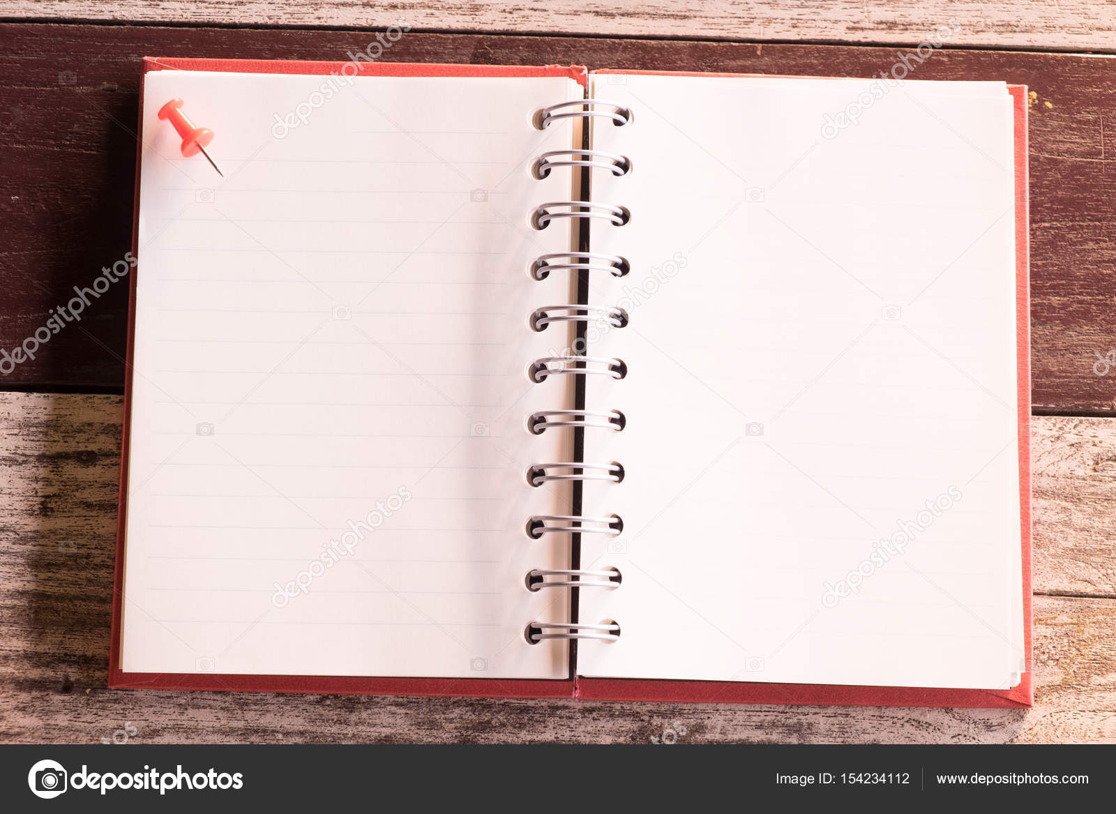 a2bcead89a6 Ansicht von oben und warmen Ton. kleiner Stift oben leer Notebook rote  Abdeckung aufsetzen. alte hölzerne sind Hintergrund. Dieses Bild für  Wirtschaft, ...
