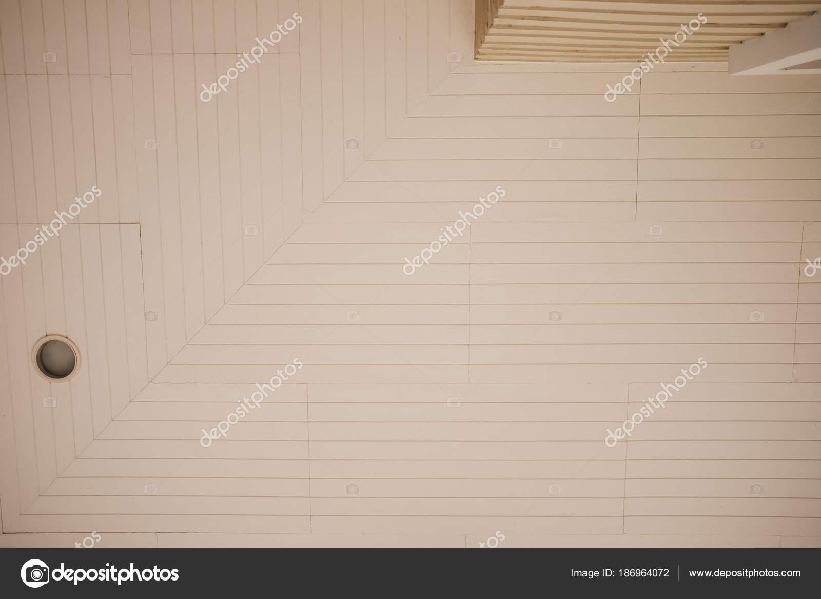 Soffitti In Legno Bianchi : Soffitto travi a vista bianco illuminare un soffitto con travi di