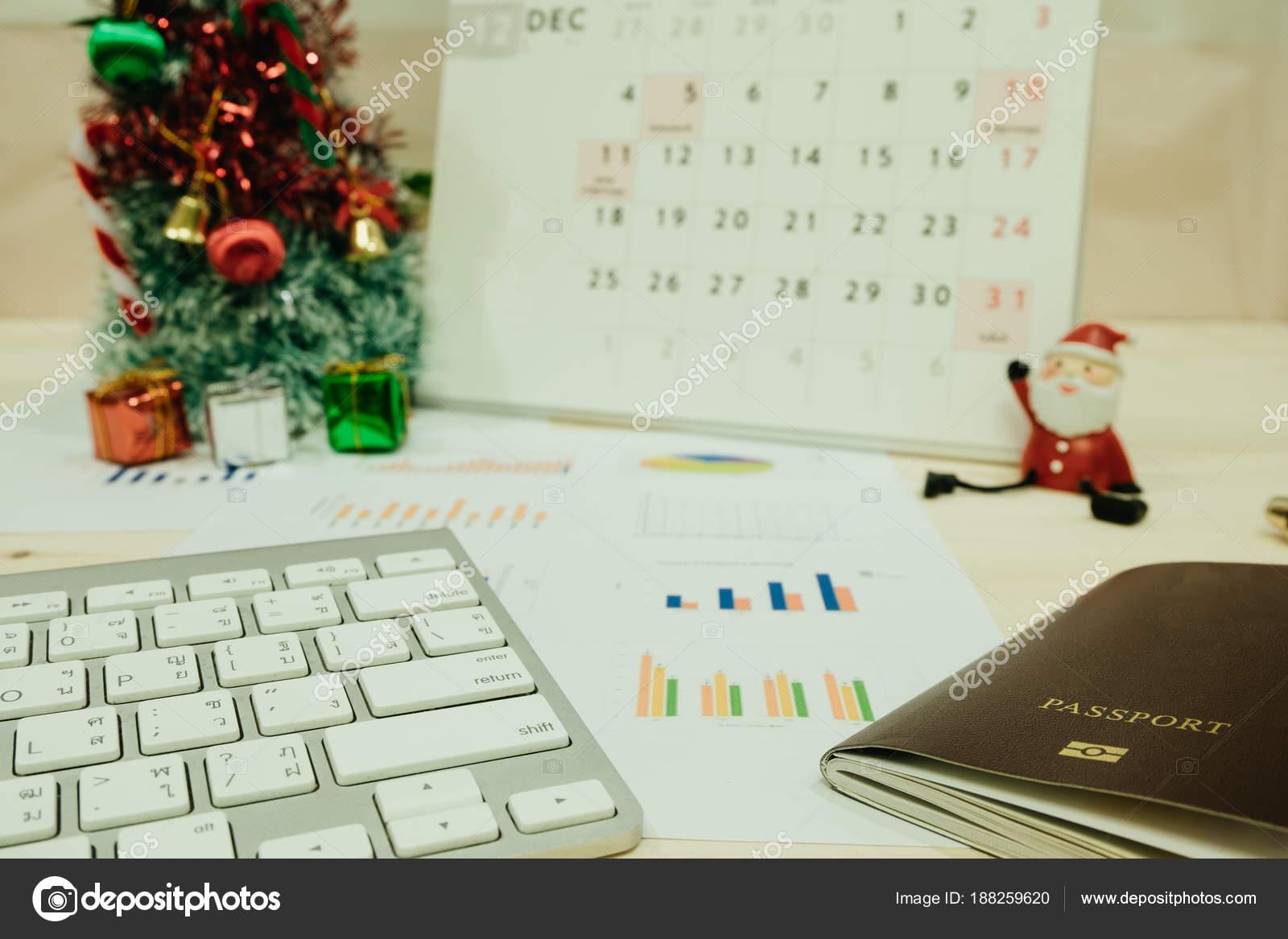 mesa de trabajo con teclado pasaporte gr fico y santa