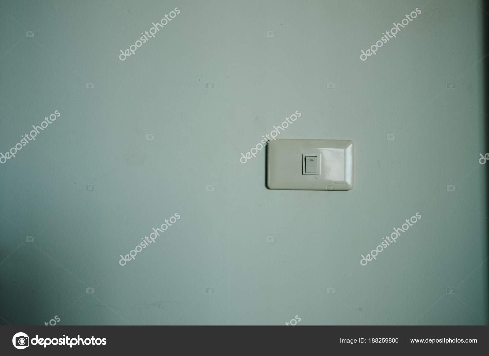 palillo plástico interruptor en pared de habitación. Esta imagen ...