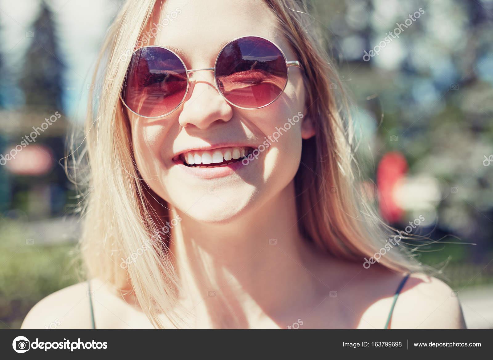 A Cabeza Joven En Feliz Rubia Europea La Riéndose Imagen De gY7vf6byI