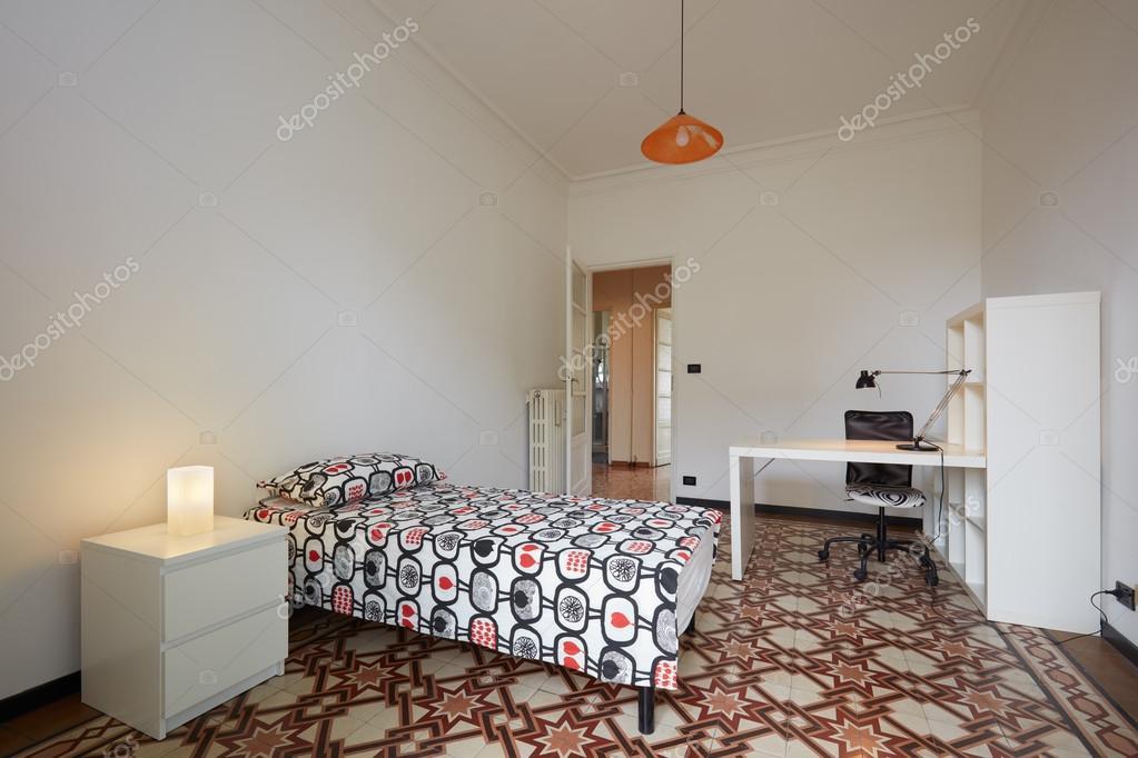 Slaapkamer interieur met eenpersoonsbed en Bureau — Stockfoto ...