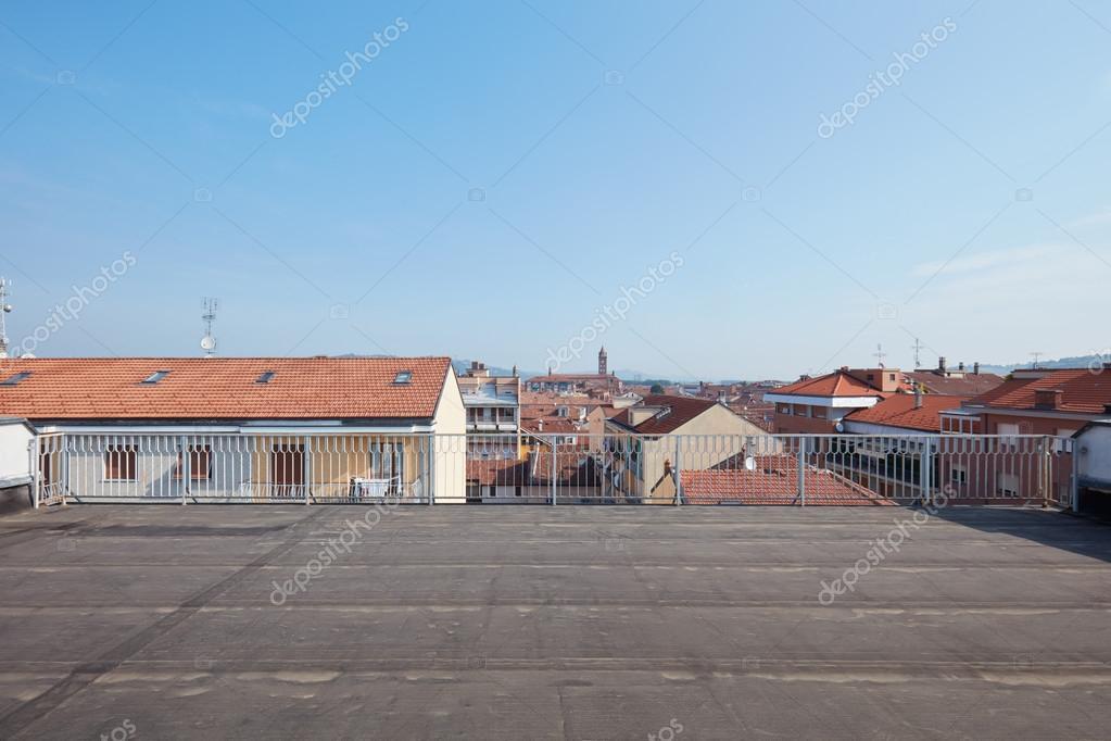 Groot dakterras balkon zonnige dag u stockfoto andreaa
