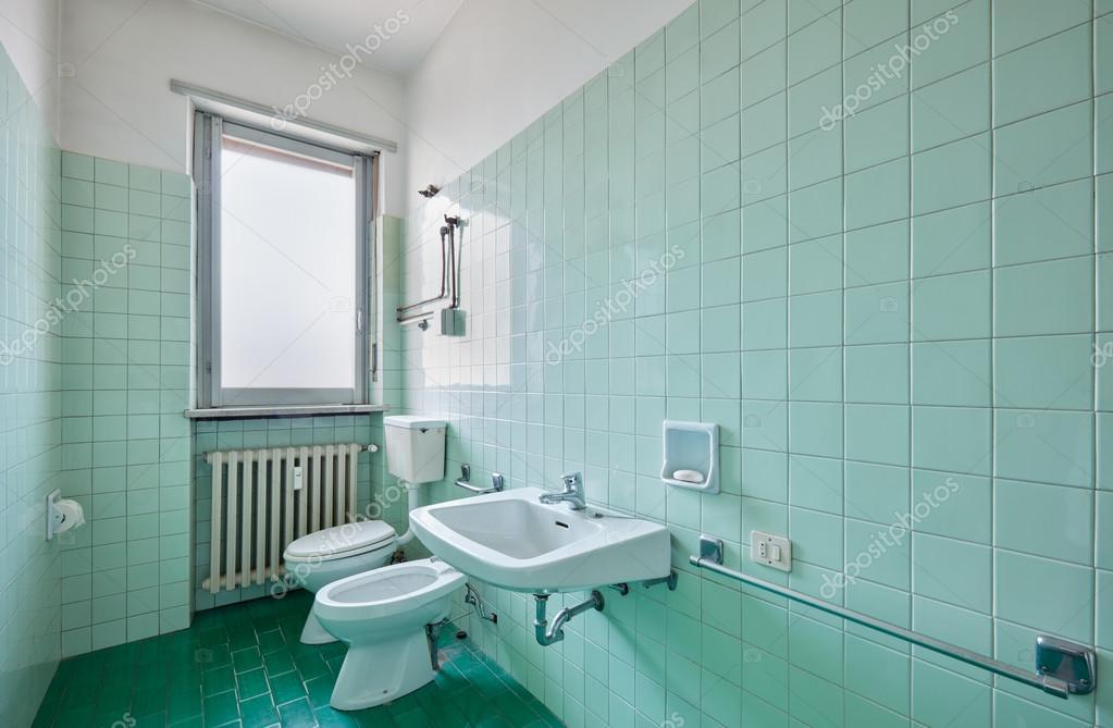 Oude badkamer interieur met tegels — Stockfoto © AndreaA. #126681984