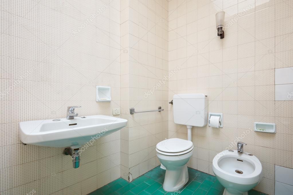 Oude badkamer interieur met groene betegelde vloer u stockfoto