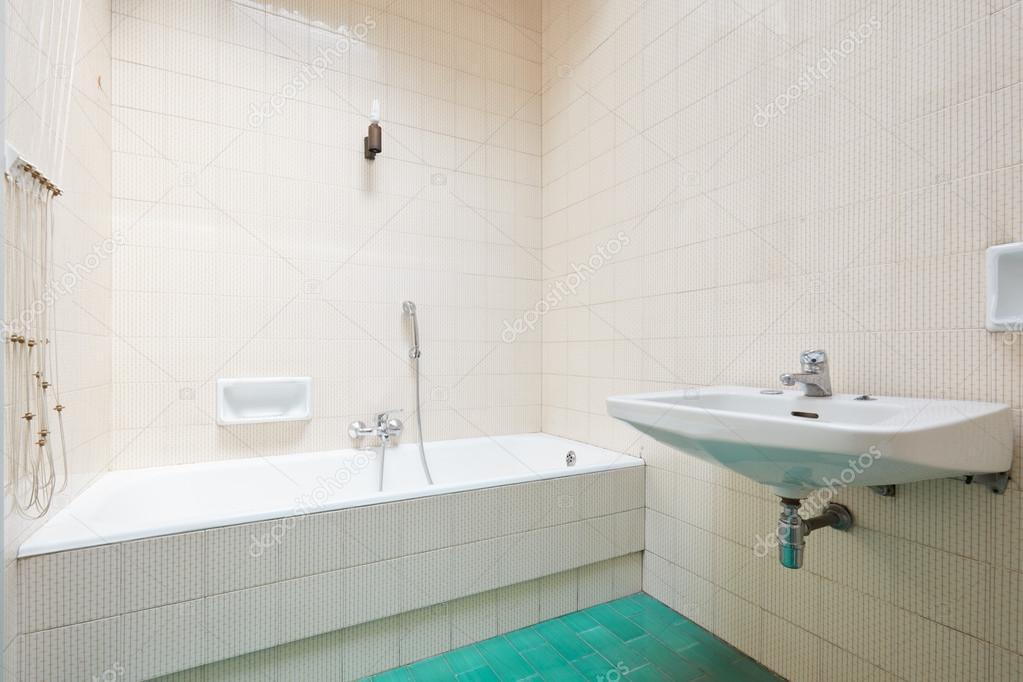 Antiguo cuarto de baño, baldosas de interior — Foto de stock ...