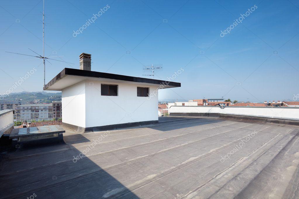 Dakterras Of Balkon : Groot dakterras balkon in een zonnige dag u stockfoto andreaa