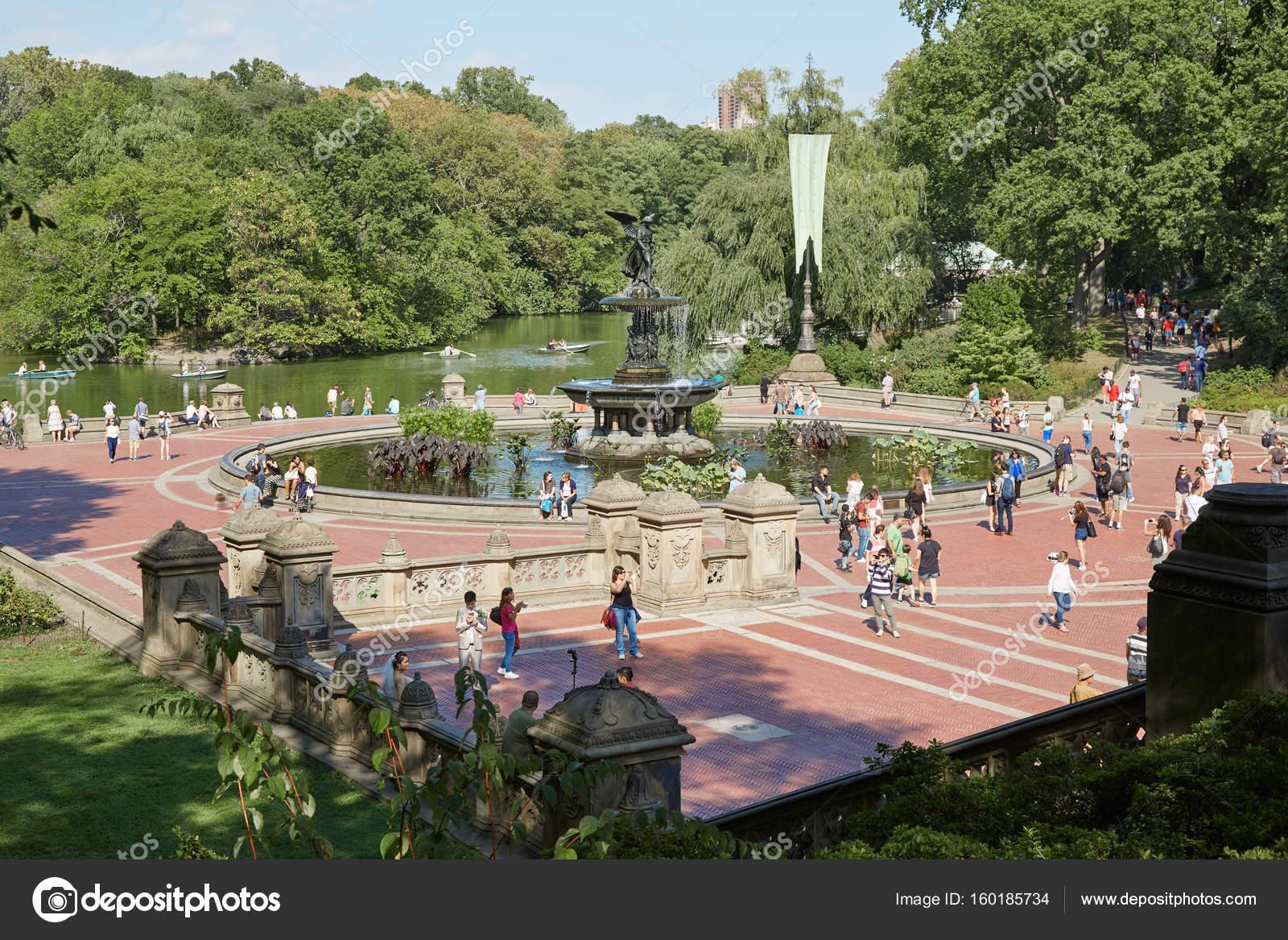 Fontana di Bethesda con persone vista dalla terrazza a Central Park ...