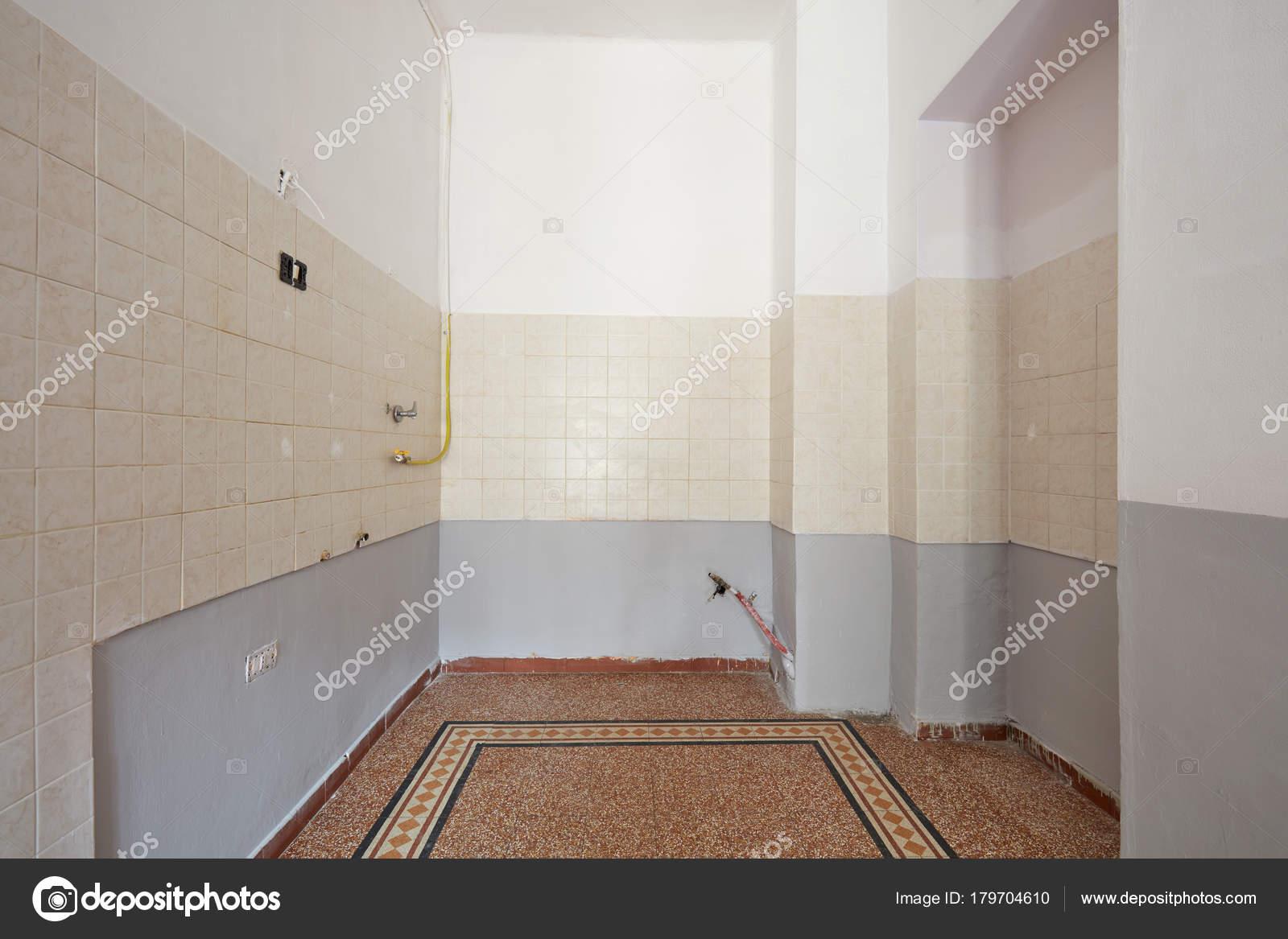Leere Küche Interieur Mit Fliesenboden Und Teil Der Mauer ...