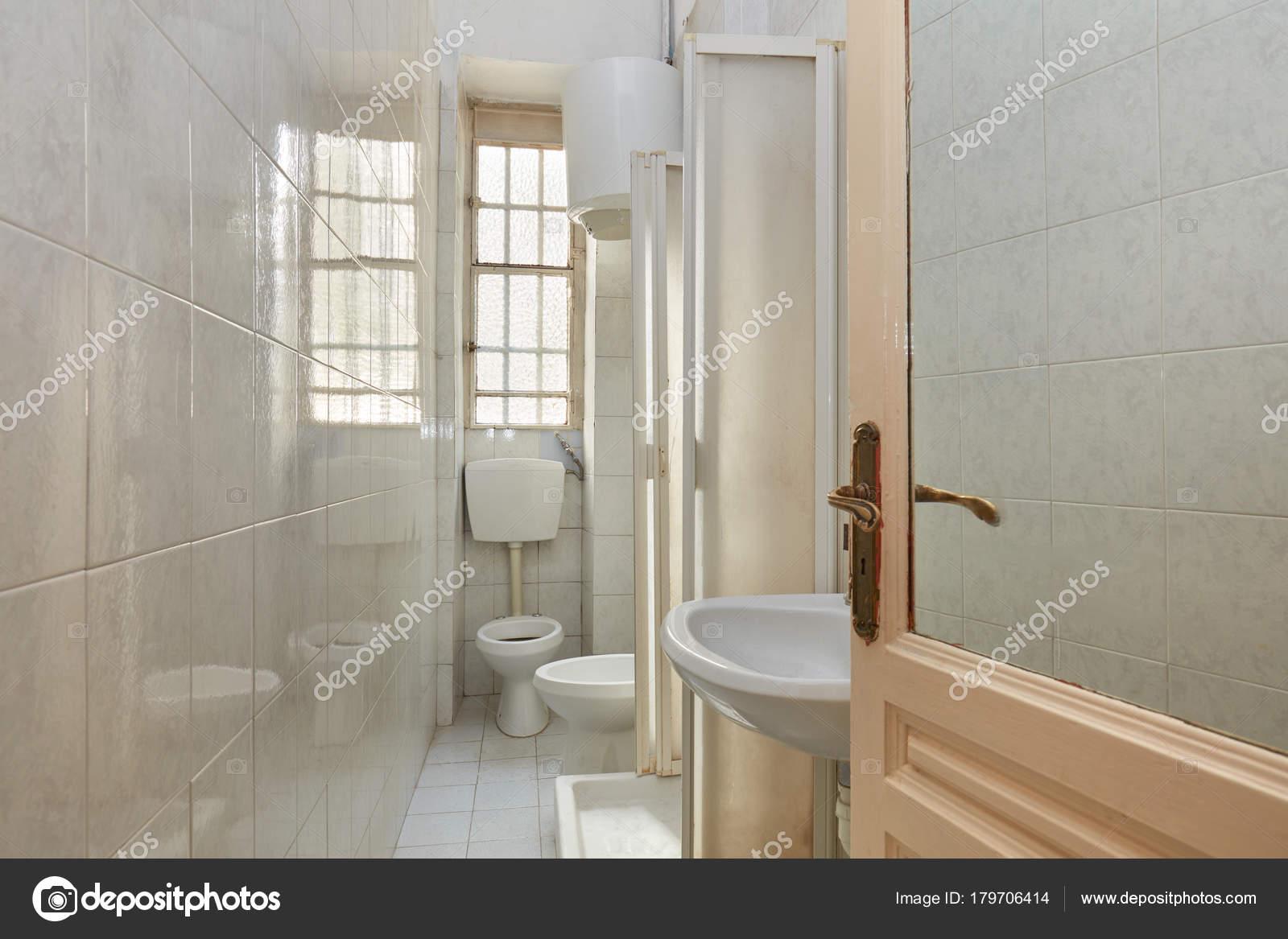 Piastrelle Da Parete Bagno : Vecchia stretta interiore della stanza bagno con pavimento