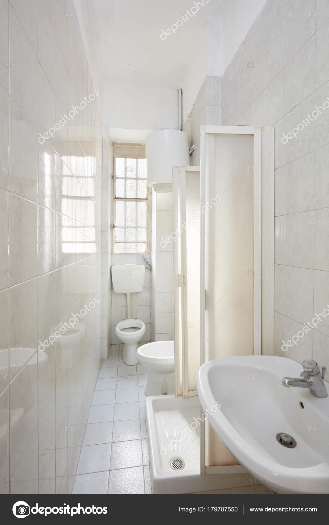 Oude Badkamer Interieur Met Tegelvloer Muren Europa — Stockfoto ...
