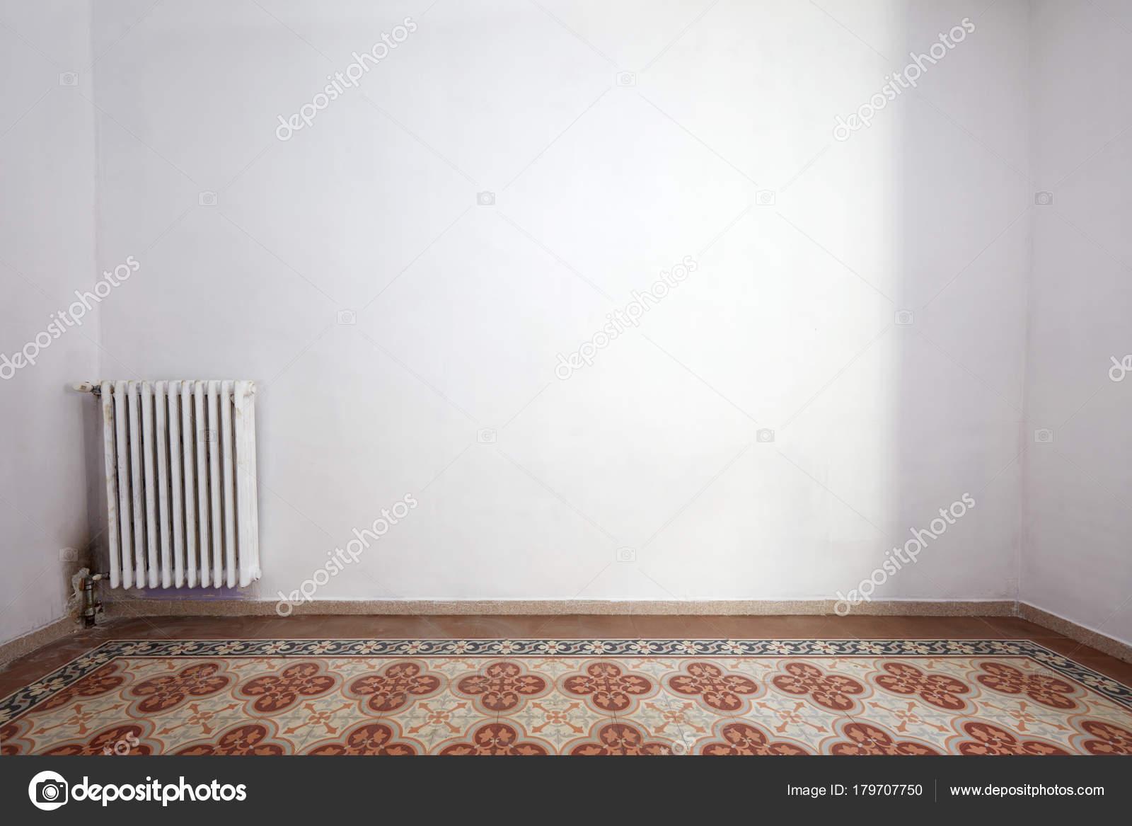 Interiore vuoto della stanza con pavimento piastrelle decorata