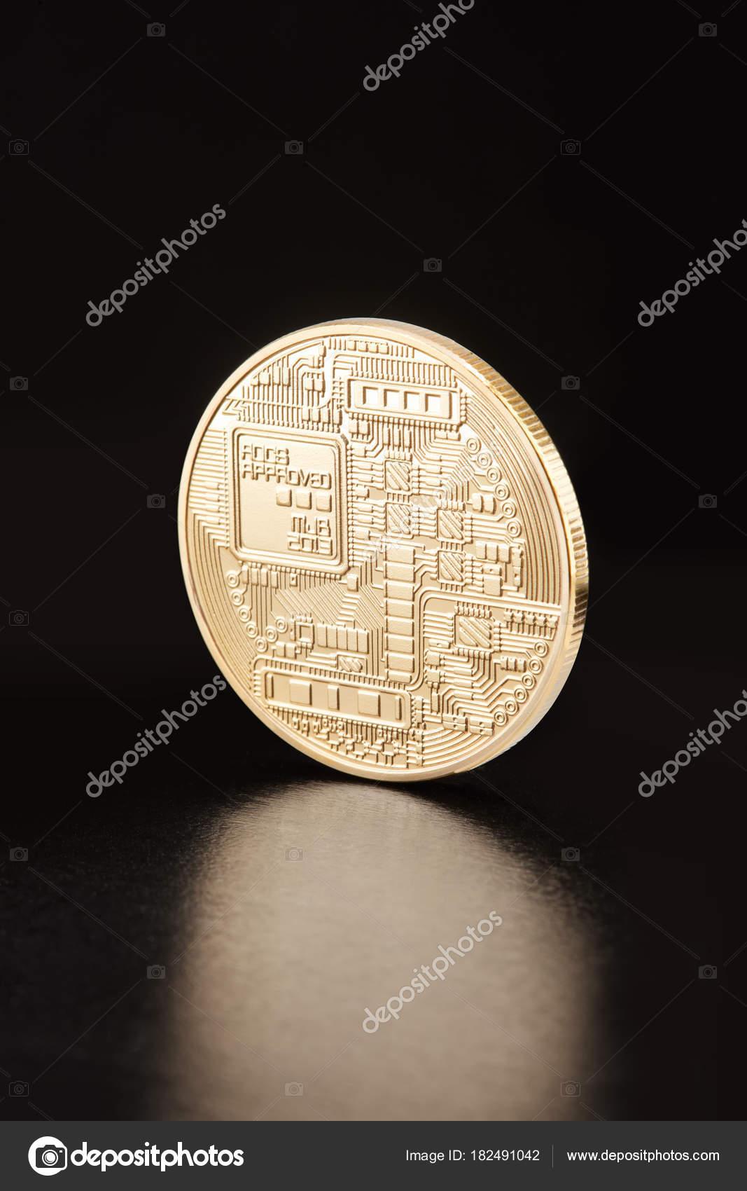 Bitcoin dourado cryptocurrency na cor preta traado de recorte bitcoin dourado cryptocurrency na cor preta traado de recorte fotografia de stock ccuart Images