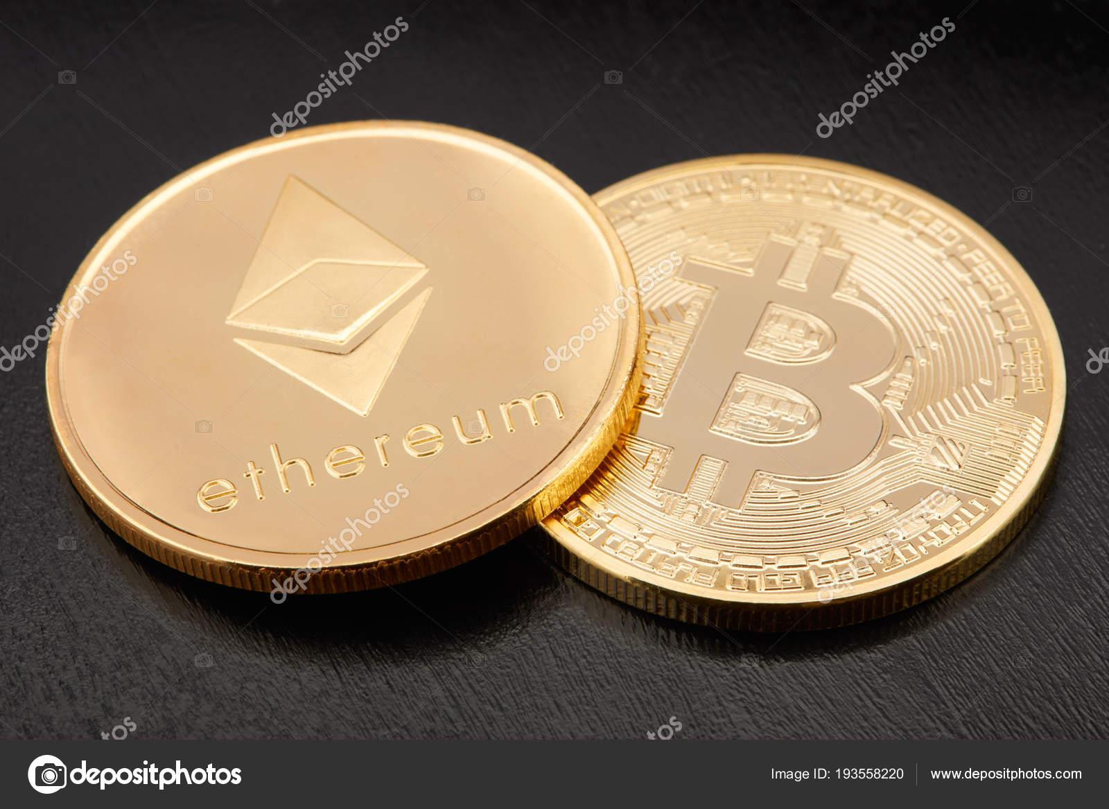Astraleums Und Bitcoin Münzen Golden Auf Schwarzem Hintergrund