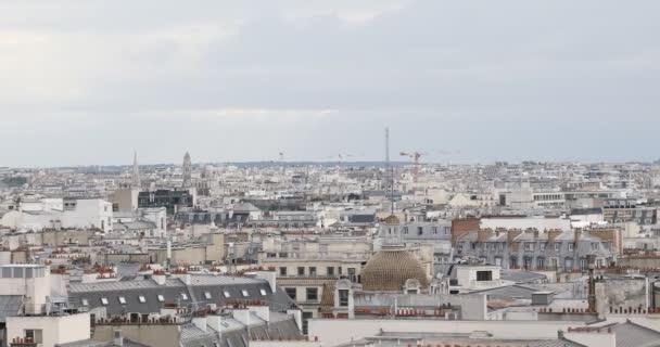 Paříž střechy pohled a Eiffelova věž, pan pohled v zataženo den ve Francii