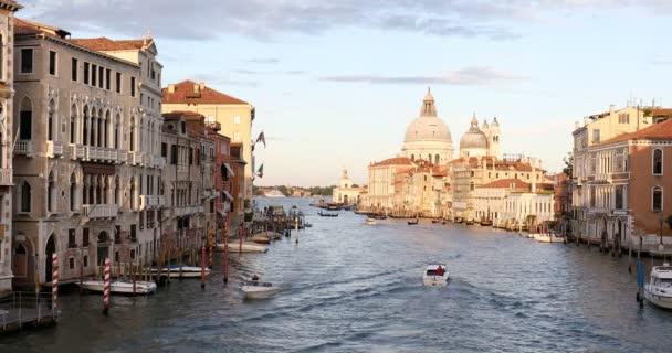 Canal Grande v Benátkách s Saint Mary zdraví baziliky, slunce ráno v Itálii