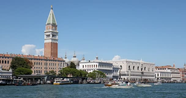 Velence, a Grand Canal Nézd a Saint Mark bell tower, a Dózse-palotától és a parton, egy napsütéses nyári nap