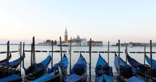 Gondolák kikötve és csatorna Velencében kora reggel, Olaszország