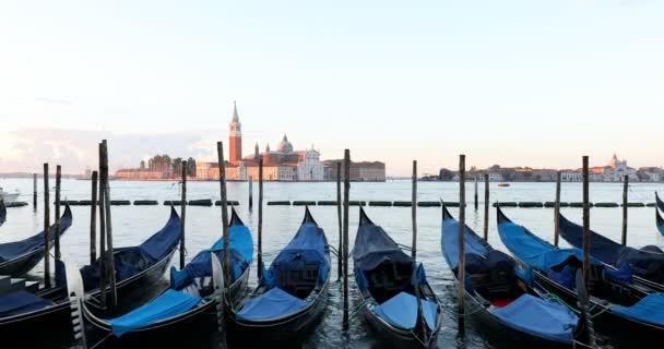 Gondoly a průplavy v Benátkách brzy ráno, Itálie