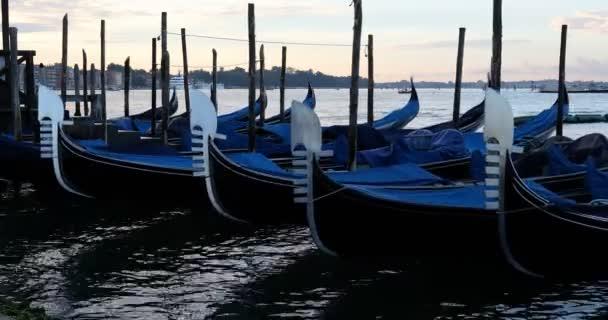 Gondola hajók horgonyzott Grand Canal Velencében, senki sem kora reggel