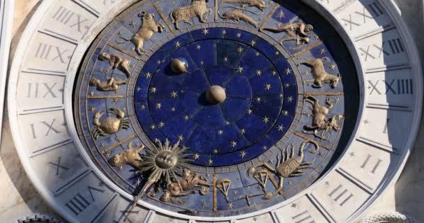 Astronomische Uhr in Venedig mit goldenen Tierkreiszeichen, Rätsel in Italien