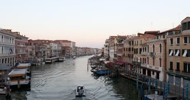 Grand Canal v Benátkách, motorový člun časně ráno v létě v Itálii
