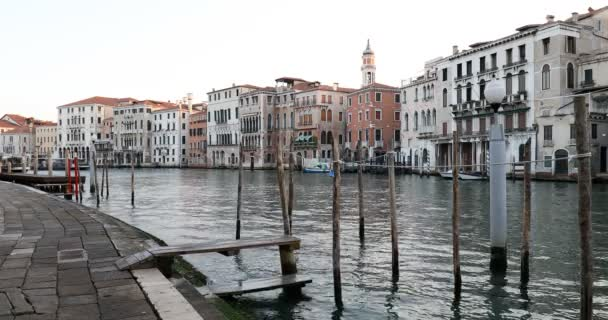 Grand Canal és dokkok Velencében, tiszta ég nyáron Olaszországban, senki