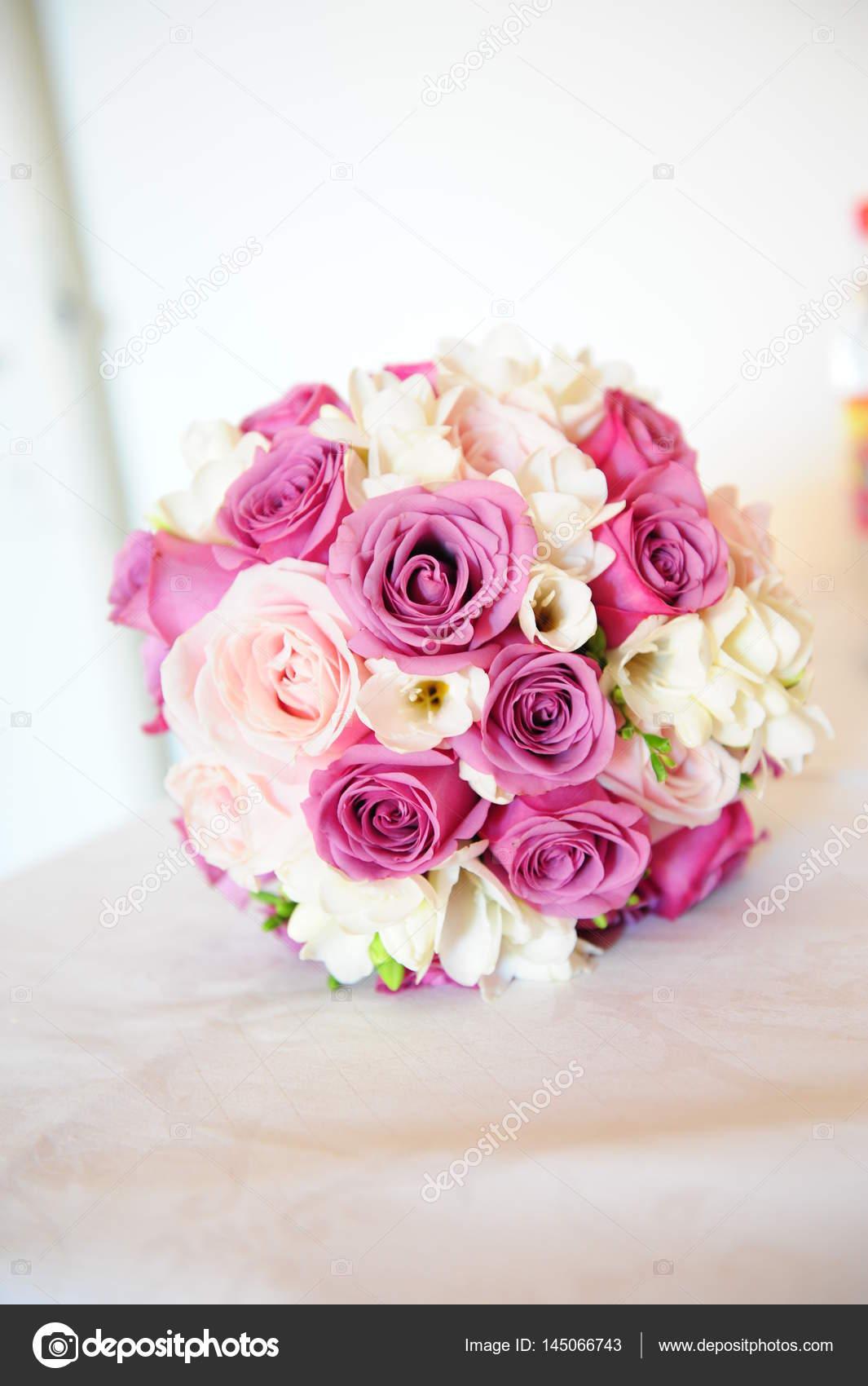 Bouquet Sposa Fucsia.Bouquet Da Sposa Rotondo Con Rose Rosa E Fucsia E Delicate