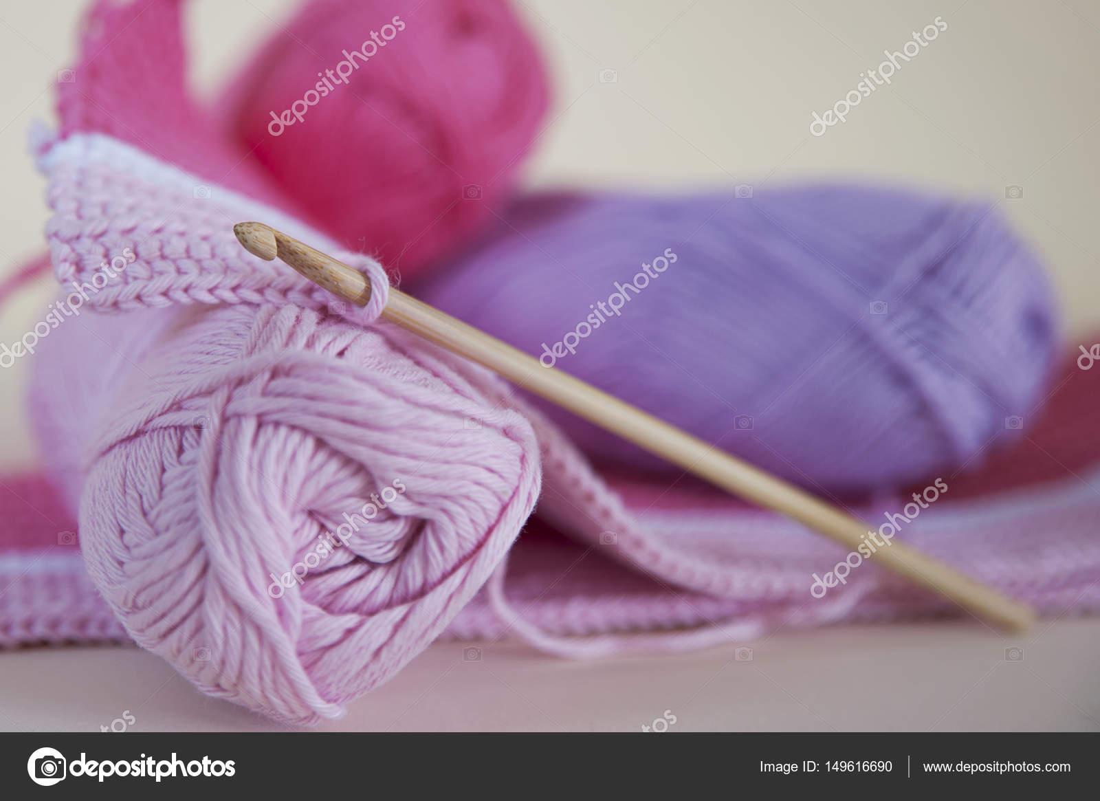 Weiche Baby Rosa Garn Häkeln Oder Stricken Stockfoto