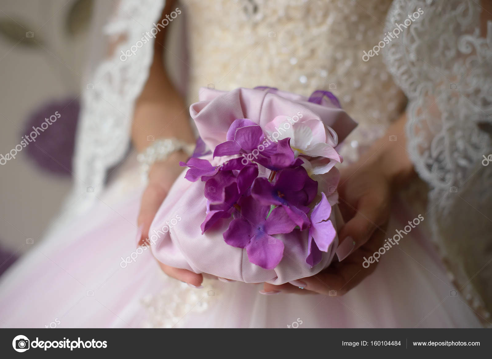 d4affa1d76 Νύφη ντυμένη με τούλι νυφικό