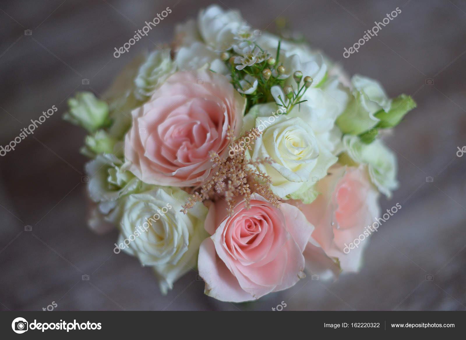 Delicado Arreglo Floral Para La Novia Con Rosas Color Rosas