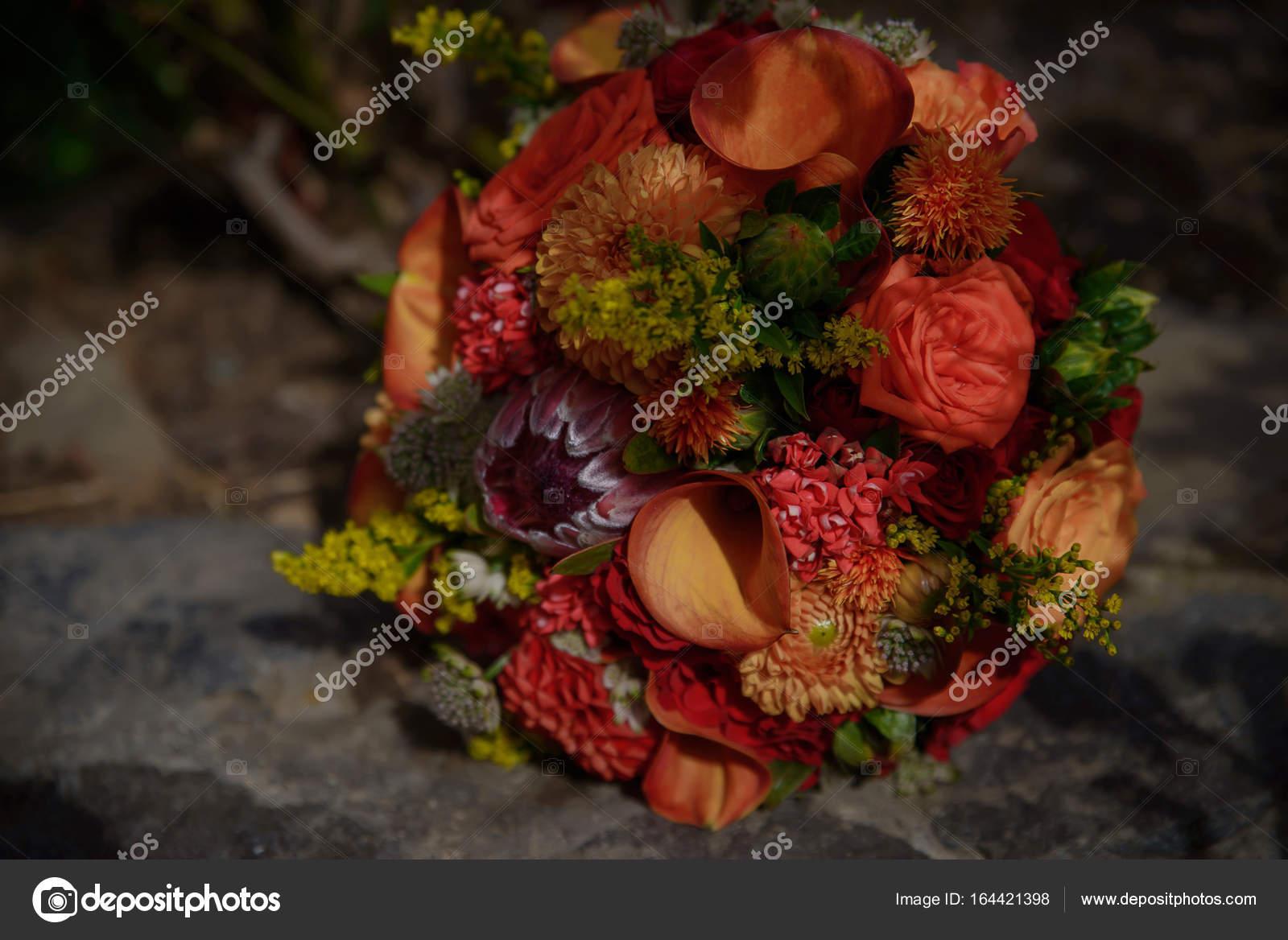 b1085aaca61f Vin och vinröda färger i en blandad brudbukett med mini flamma kallor,  varma röda rosor