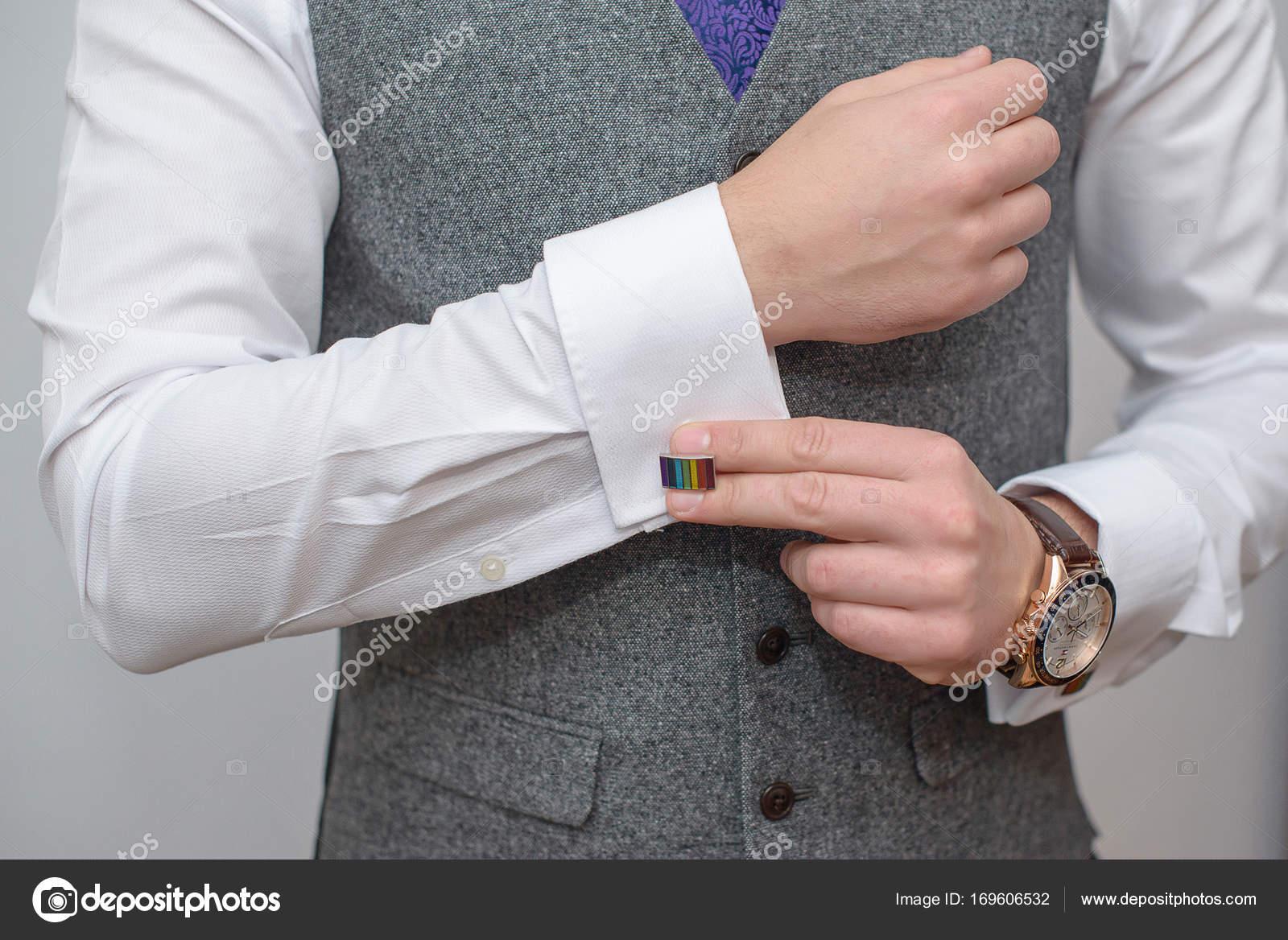 eb6e02ce988f Αριστοκρατικό νέοι Καυκάσιος φορώντας λευκό κομψό πουκάμισο και γκρι γιλέκο  γραβάτα μοβ