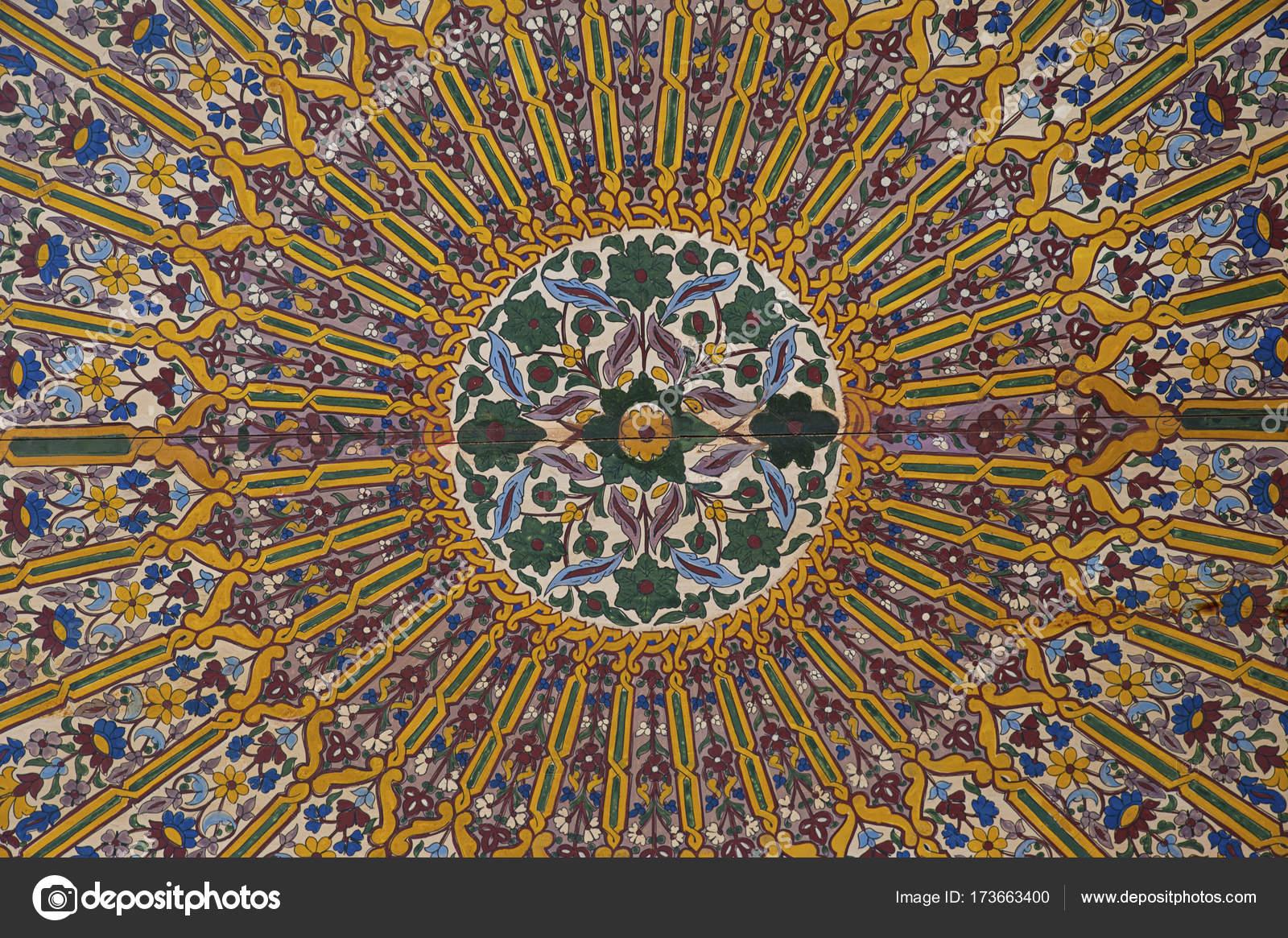 Contemplatieve ingewikkelde decoratie van geschilderd hout plafond