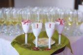 volle Sektgläser oder Champagner mit vier dekorierten auf einem grünen Tablett, für die Braut, den Bräutigam und die Trauzeugen, ein typischer Hochzeitsempfang oder ein Empfang für die Gäste