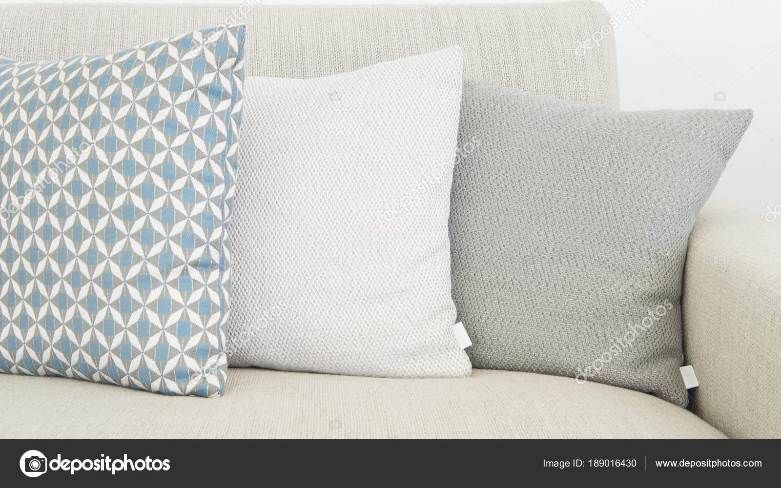 Close van drie verschillende maten kussens zachte pastel kleuren