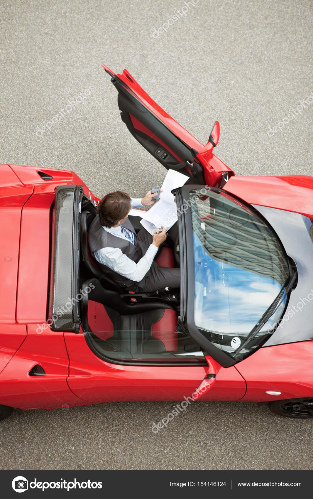 Geschäftsmann, arbeiten im Elektroauto — Stockfoto © ImageSource ...