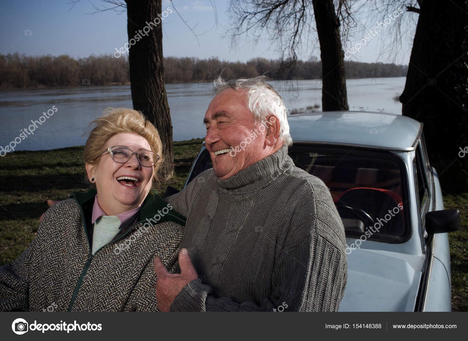 Бразильские пожилые в машине немки пьют