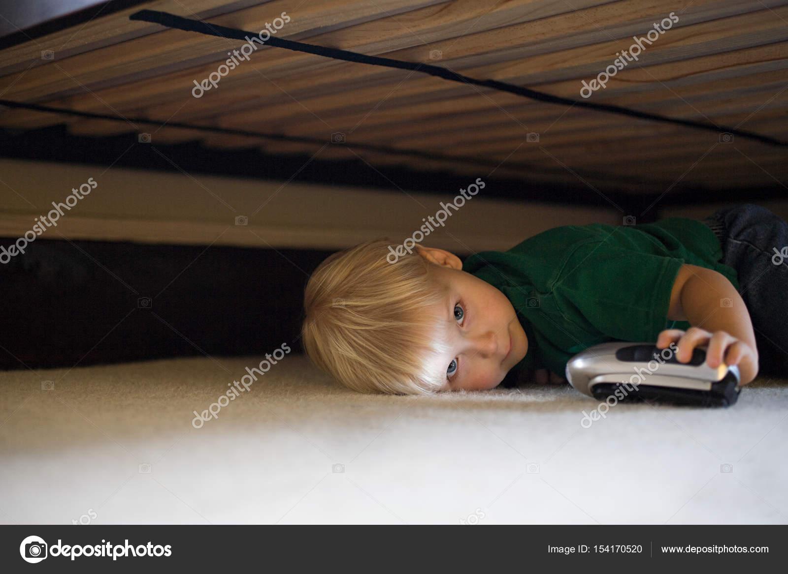 Junge Versteckt Unter Bett Stockfoto C Imagesource 154170520