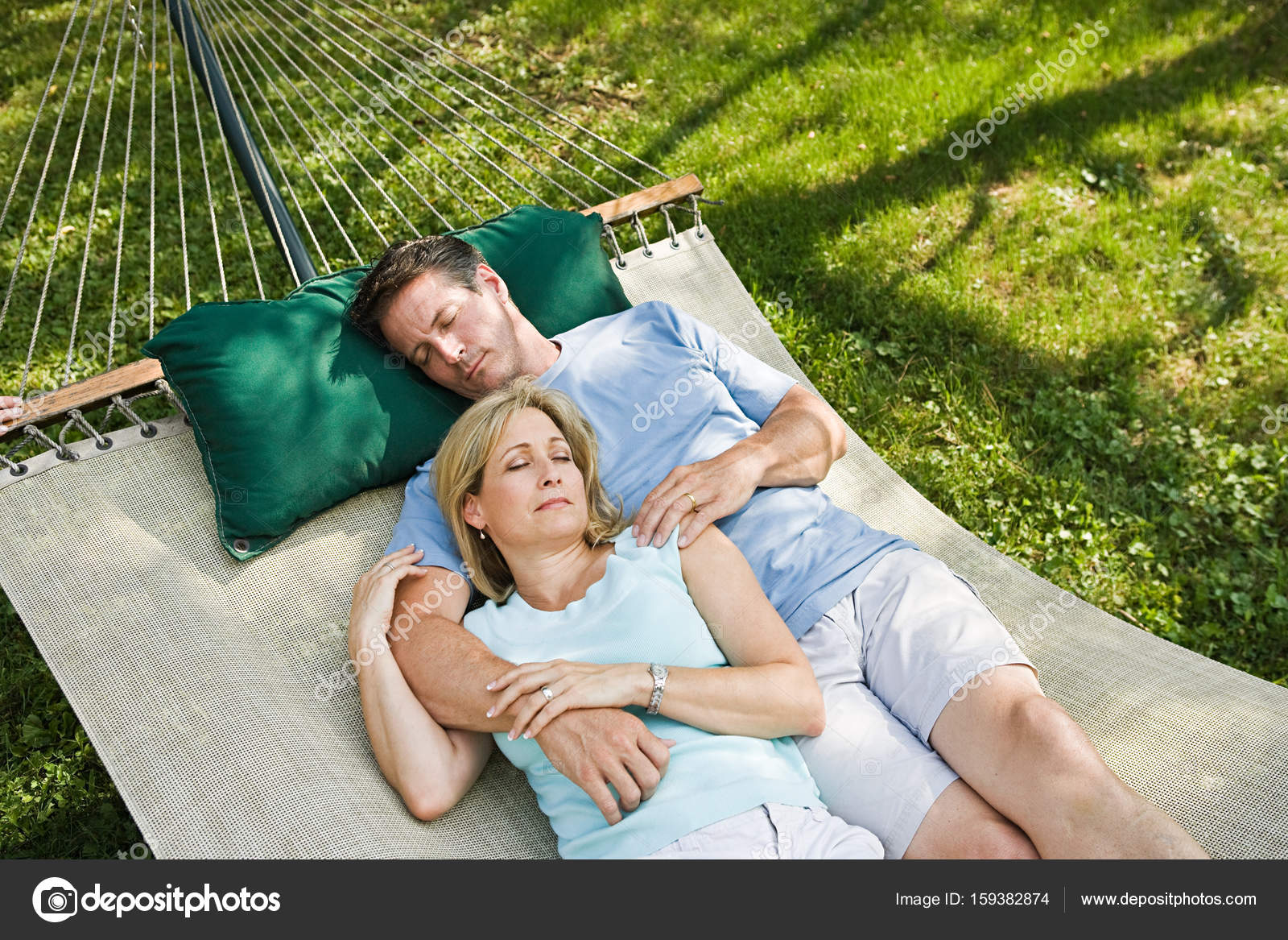 Questões irrelevantes que me tiram o sono? Depositphotos_159382874-stock-photo-couple-lying-in-hammock