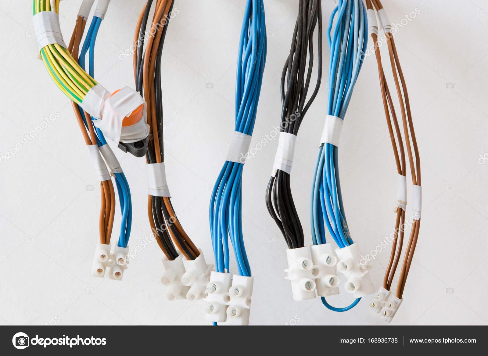Mehrere elektrische Kabel — Stockfoto © ImageSource #168936738