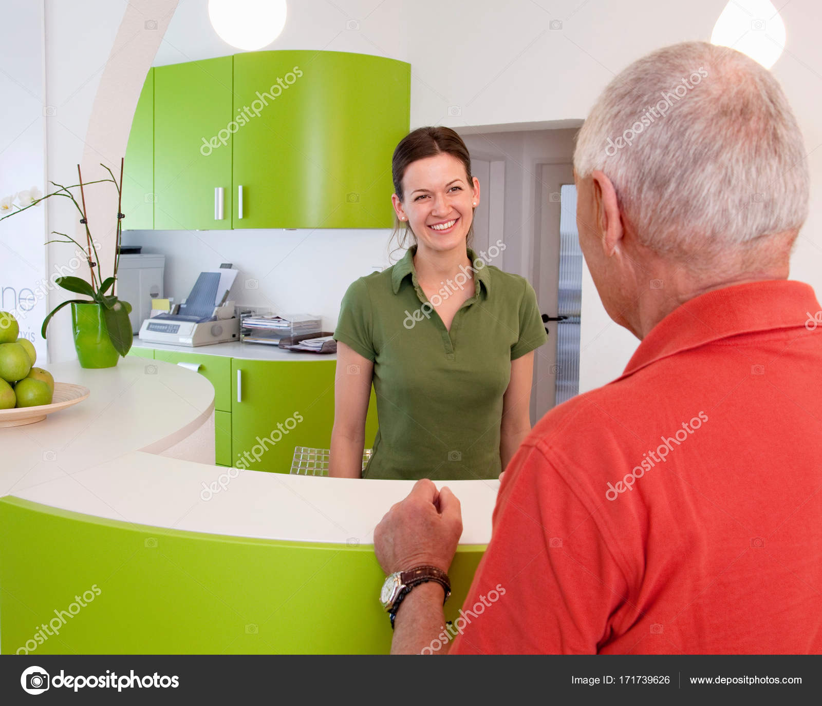Rezeptionistin mit Patienten in der Klinik — Stockfoto © ImageSource ...