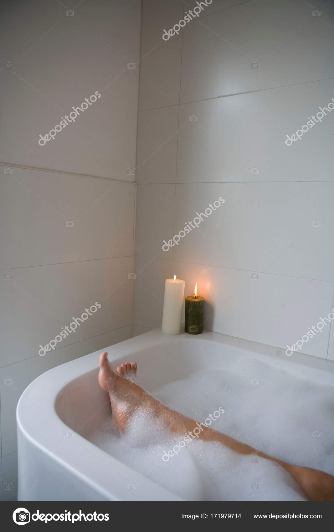 Foto Vasca Da Bagno Con Candele.Immagine Potata Gambe Donna Vasca Bagno Con Candele Foto Stock