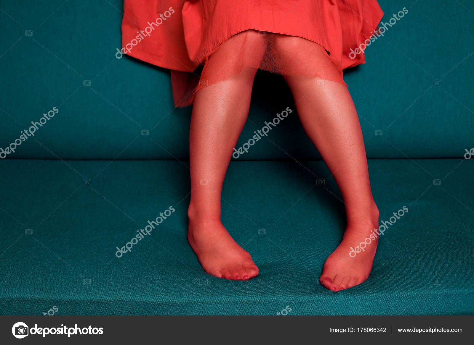 Трахаются юбки зрелых на диване фото девушек показывающих грудь