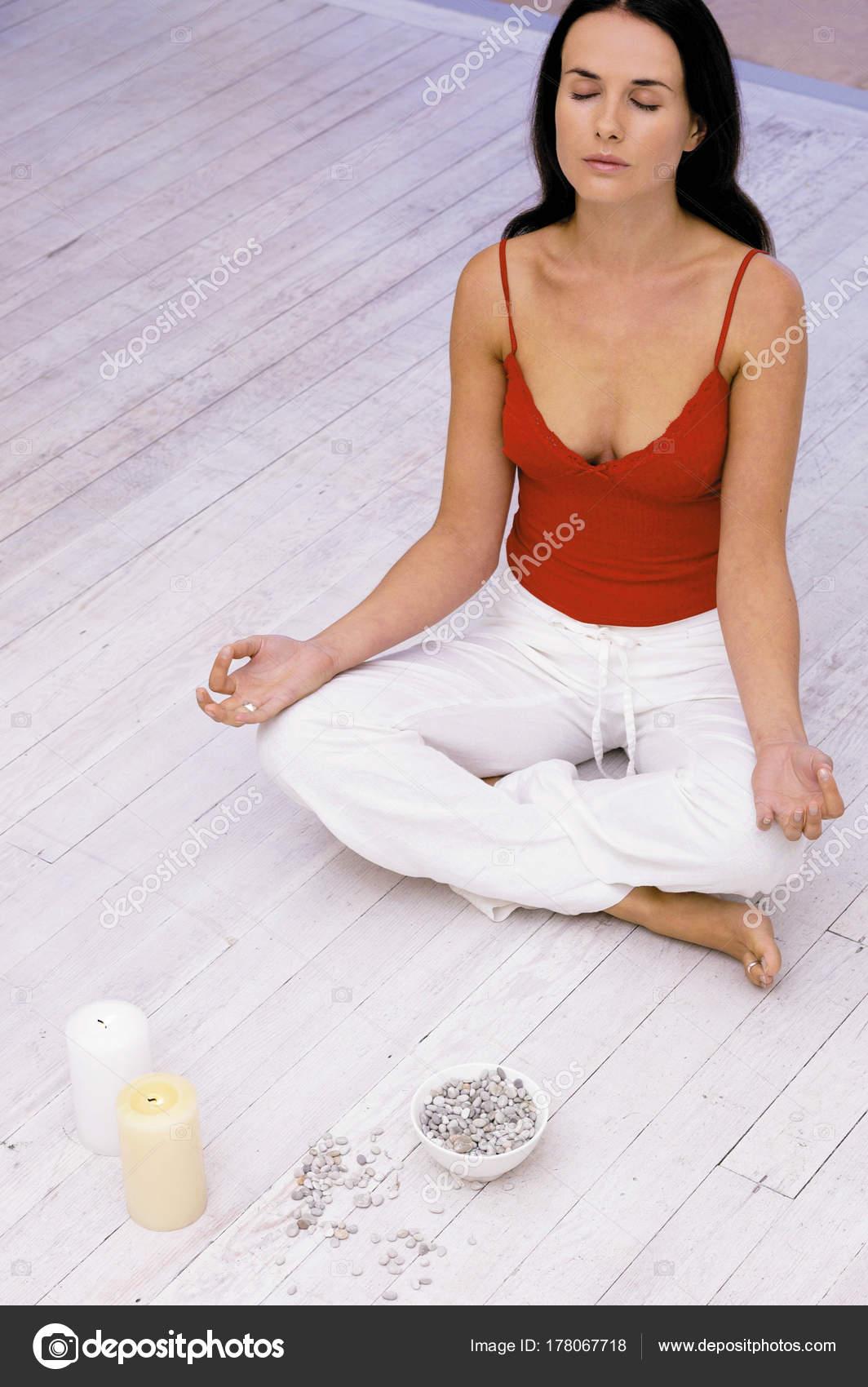 Joven Bonita Mujer Morena Meditar Casa — Fotos de Stock ...