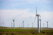 Blick auf Windkraftanlagen