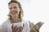 Frau mittleren Alters trinkt Tee